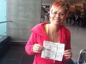 Christine est bien fière de montrer ses cartes d'embarquement pour Atlanta et San Joseest fière de montrer ses cartes d'embarquement pour Atlanta et San Jose