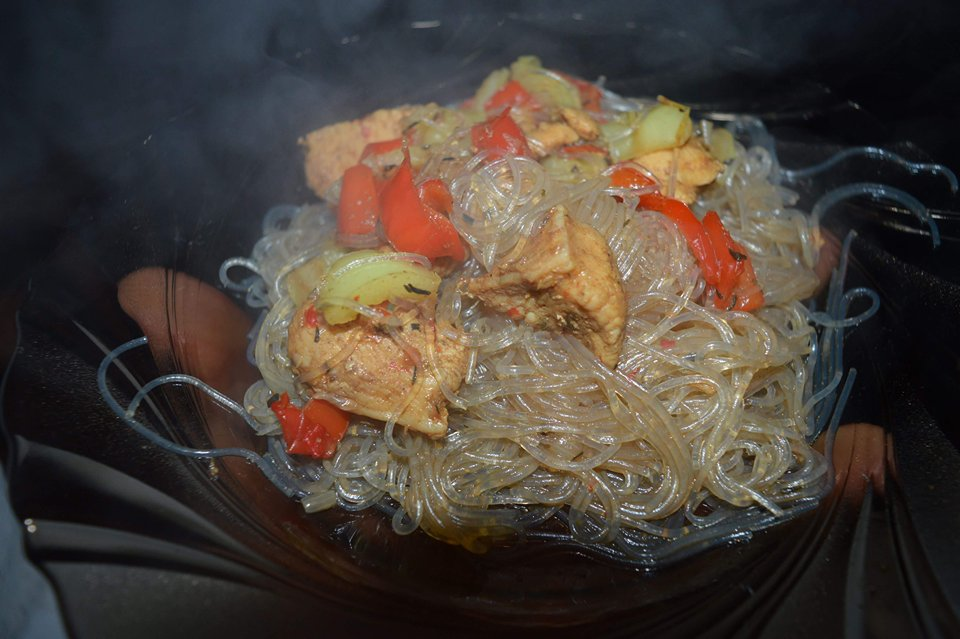 Piept de pui cu sos de soia și tăiței de orez