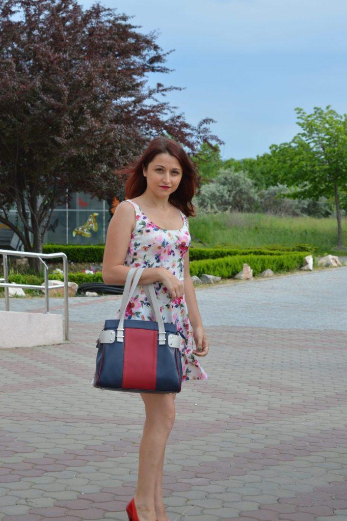 O geantă din piele și o rochiță cu flori - OOTD