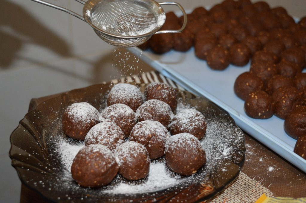 Biluțe de biscuiți și cacao - desert fără coacere și de post