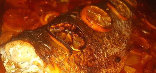 pește pe pat de legume la cuptor