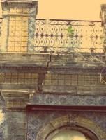 Rachaduras comprometem estrutura do prédio (Foto: Chico Cougo)