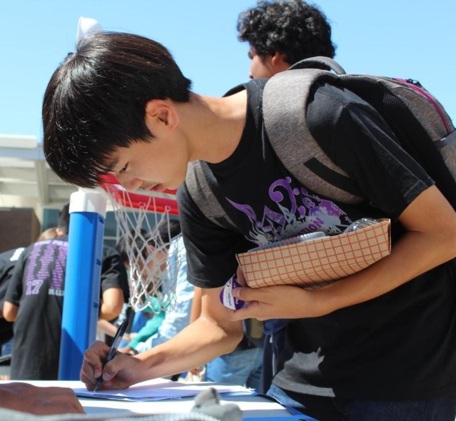Sophomore Yunseong Jung signs up for Christian Club.