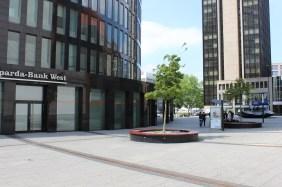 RWE Tower Dortmund mit der Skulptur Chip (rechts)   Bildrechte: nickneuwald