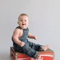 Sitter boy sitting on coke crate