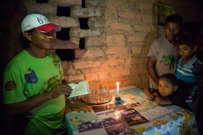 O agricultor Antônio Pereira mostra fotos antigas de Sete Lagoas