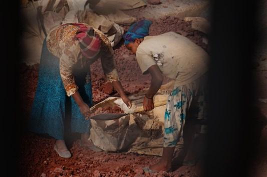 Bauarbeiterinnen bei der Arbeit