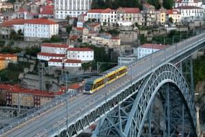 Metro do Porto passa a Ponte D. Luis a caminho de Vila Nova de Gaia. Foto: Fernando Andrezo.