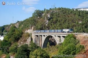 Comboio El Berrón - Xove, na bonita ponte que precede a estação de Luarca.