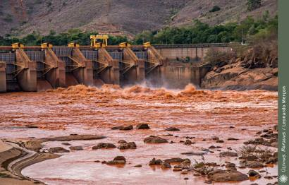 Barragem de Mascarenhas-ES, ainda despejando lama.