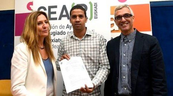 Hassanna Aalia, junto al abogado Javier Canivell y Patricia Bárcena, directora de CEAR Euskadi. (ARGAZKI PRESS)