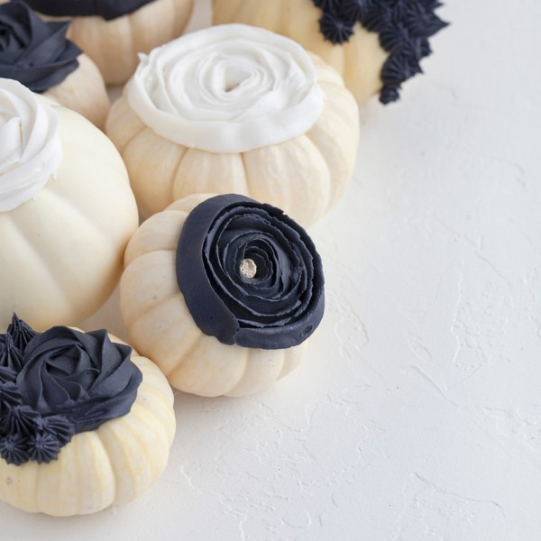 royal icing-piped-pumpkins-halloween-no-carve-flowers-fall-decor