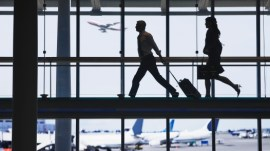 Personas corriendo aeropuerto