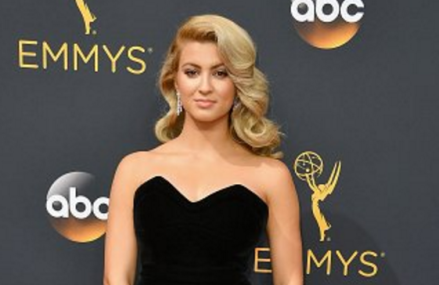 Tori Kelly has arrived at the 2016 Emmys & she looks fantastic!