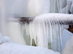 Dækket af ispipeline på gaden