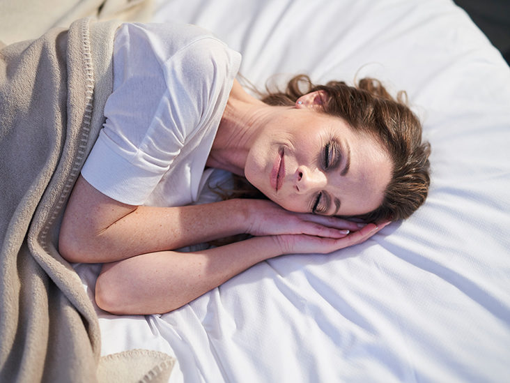sleeping without a pillow benefits and risks