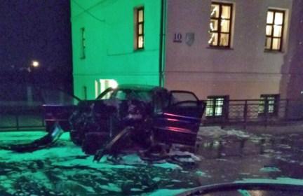 В Поставах барьер из МАЗа, выставленный на подъезде к елке, спас людей от Volvo пьяного водителя
