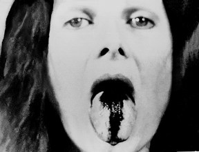 Poemas Visuais | Língua Apunhalada 1968 Foto: Língua, sangue