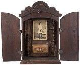 assemblage (fotografia, madeiras torneadas e resina) aplicada no interior de oratório, ass. e tit. no verso (década de 1970/1980) 43,5 x 28,5 x 14,5 cm