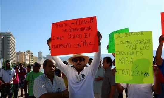 cierran cientos de tortillerías en Acapulco en demanda de seguridad  Trabajadores de la industria de la tortilla participan de una protesta hoy, viernes 8 de enero de 2016, en el puerto de Acapulco, en el estado de Guerrero (México). EFE