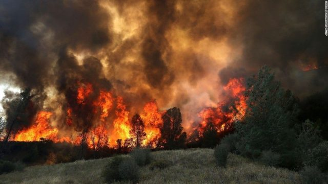 fire rages in California 02
