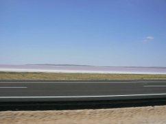 Stratificazioni: il lago salato e un nuovo nastro d'asfalto