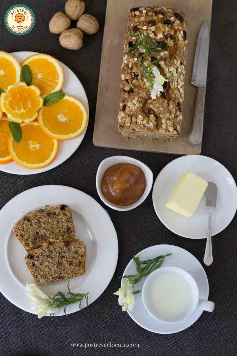 Desayuno con bizcocho de avena y frutos secos