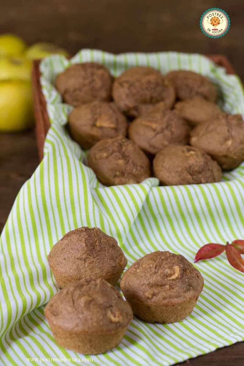 Muffins de manzana pasas y nueces en una cesta