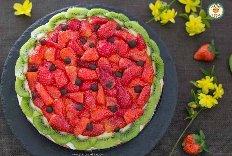Pizza dulce de galleta, fresas y kiwi