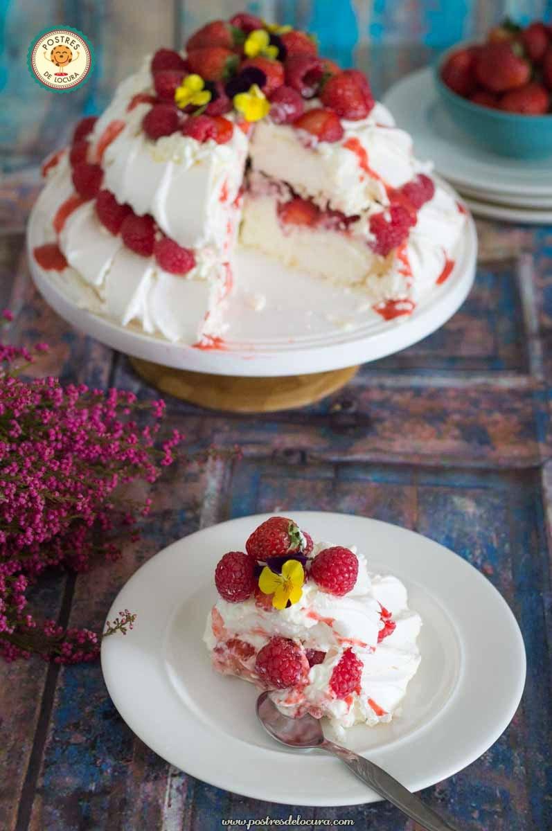 Pavlova conn fresas y frambuesas