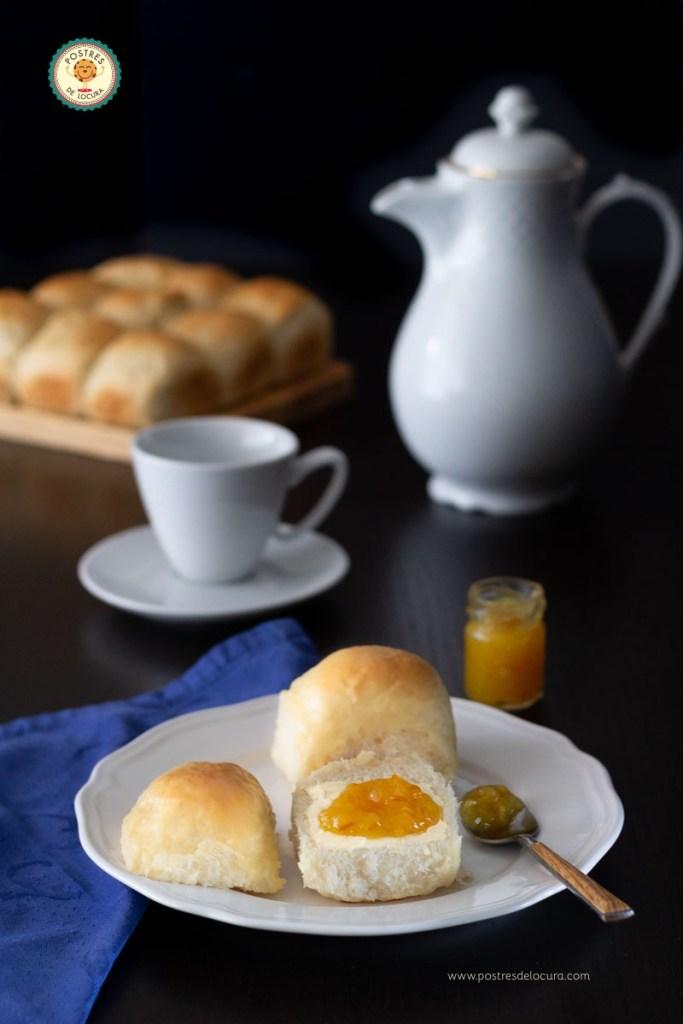 Panecillos caseros esponjosos con mantequilla y mermelada