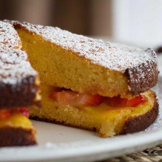 Bizcocho de Leche Condensada con Mango y Fresas
