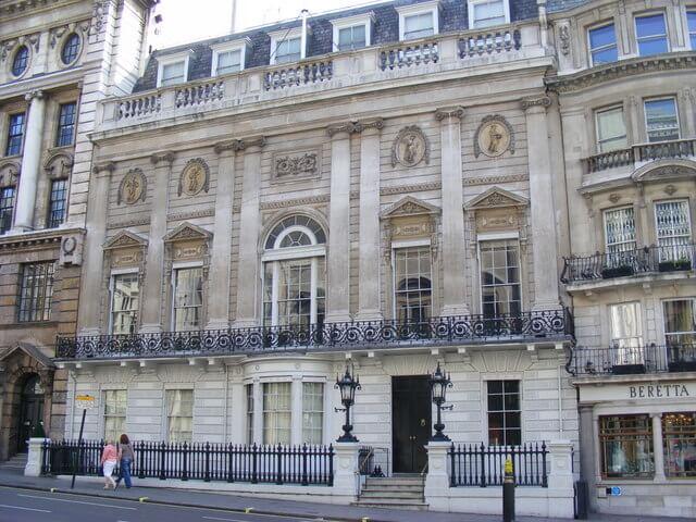 Clube de Cavalheiros White's, Reino Unido