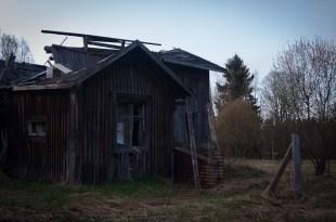 ..den lilla gårdsbyggnaden har rasat för länge sedan...