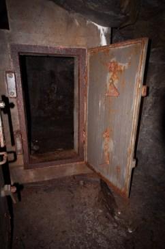 ...den inre dörren i dubbelpassagen...