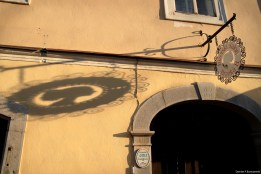Sutna street - hairdresser's sign / Ulica Sutna - szyld zakładu fryzjerskiego