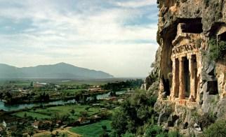 Vestigiu elegant al unei civilizaţii cândva puternice, un mormânt lician cioplit în stâncă – unul din sutele săpate de-a lungul Coastei de Azur – se ridică abrupt deasupra oraşului de coastă Dalayan