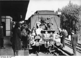 Train travel, Bahnhof Spandau-West, Berlin, 1947. Bundesarchiv, Bild 183-N0304-308 / Donath, Otto / CC-BY-SA 3.0
