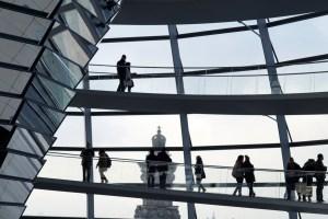 berlin-1571046_1920-300x200 Las relaciones entre los directivos y sus compañeros