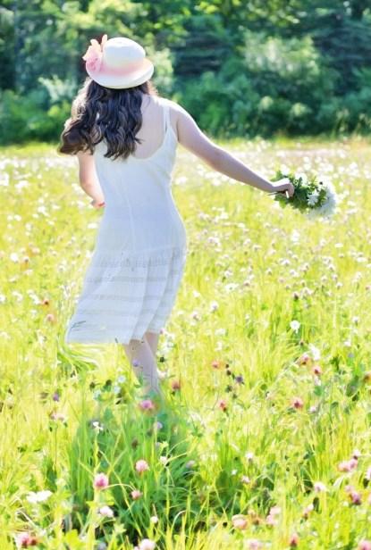 pretty-girl-in-wildflowers-811746_1920-200x300 Cómo lograr tu crecimiento personal