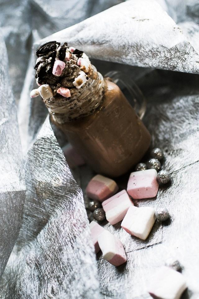 Chocolat chaud aux noisetttes et chantilly Oréos et marshmallows