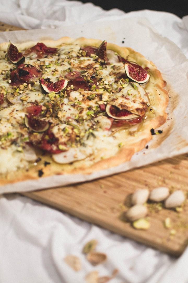 Pizza poire, figue, gorgonzola, mascarpone, jambon fumé et pistaches