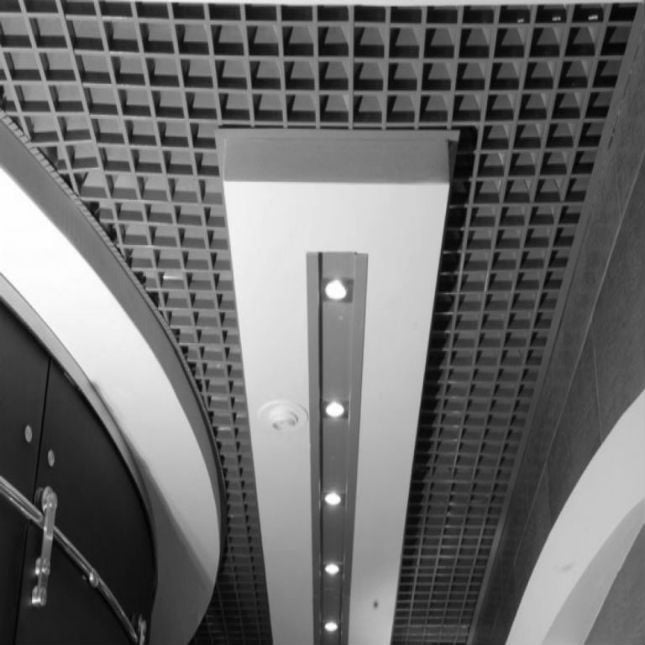 Подвесной потолок типа грильято пирамидальный в интерьере