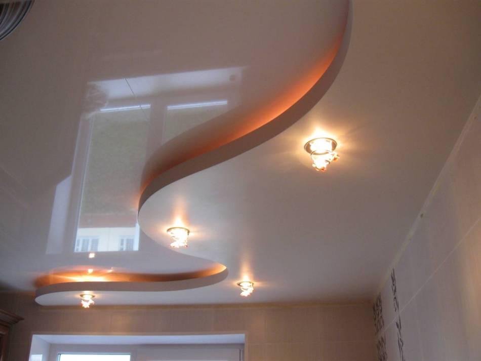 Установка двухуровневого натяжного потолка с освещением