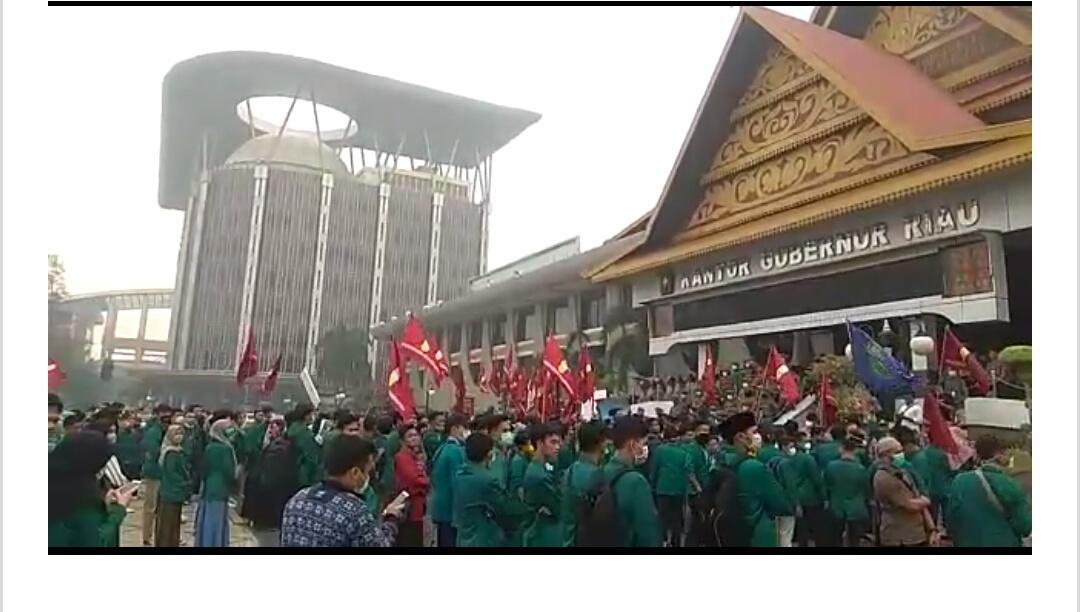 Mahasiswa UNRI dan UMRI Kepung Kantor Gubernur Riau