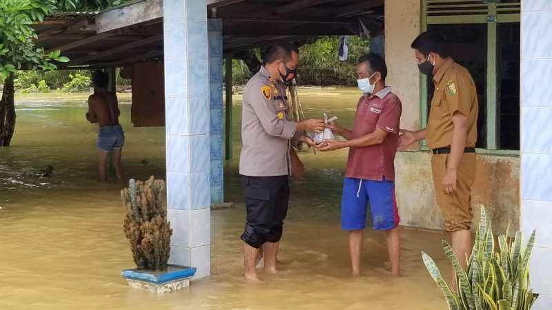 Kapolres Kuansing Serahkan Bantuan Korban Banjir