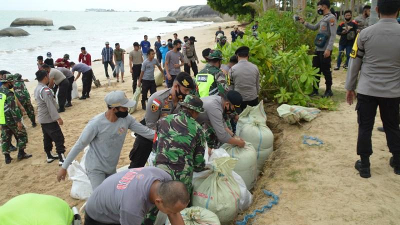 TNI-Polri Gelar Goro Bersama Masyarakat Desa