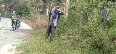 IPK Danau Lancang Bersihkan Rumput Tepi Jalan