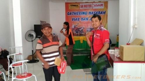 Mr. Suminto selaku Manager Area SR Motor memberikan Doorprize