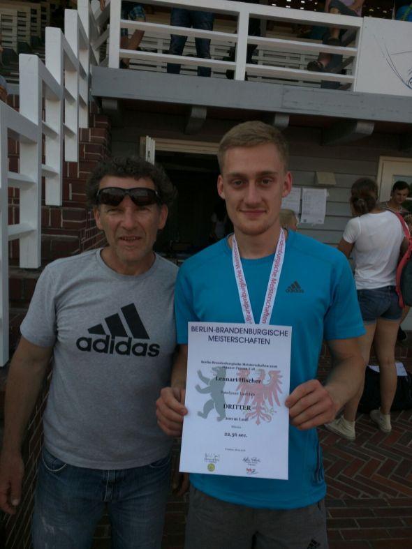 Lennart und sein Trainer Andreas nach dem 3. Platz über 200m.